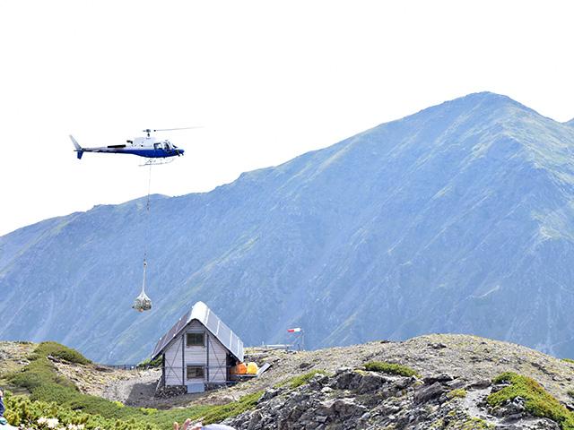 荷揚げヘリと中岳避難小屋